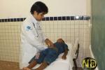 Criança é examinada pelo clínico geral.