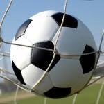 bola-de-futebol-na-rede-do-gol