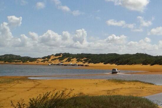 Veículos trafegam pela lagoa Amarela em Nísia Floresta